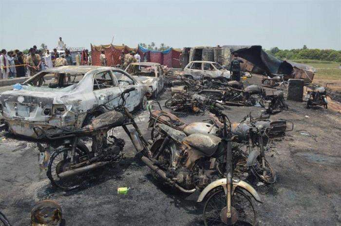 Un camión de combustible se incendia y explota causando al menos 140 muertos en Pakistán