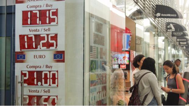 Dólar arranca la semana debajo de la barrera de los 18 pesos