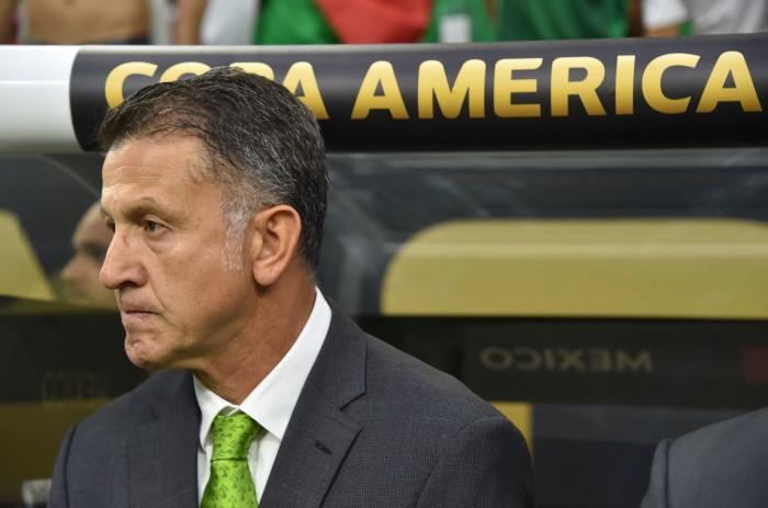 Reciben a Osorio con reclamos y rechiflas en AICM
