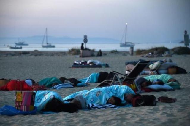Duermen en la playa tras incendios forestales en Francia