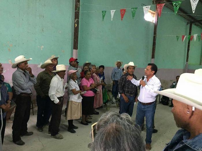 Delegado de SEDESOL Joel Nochebuena entrega apoyo a adultos mayores