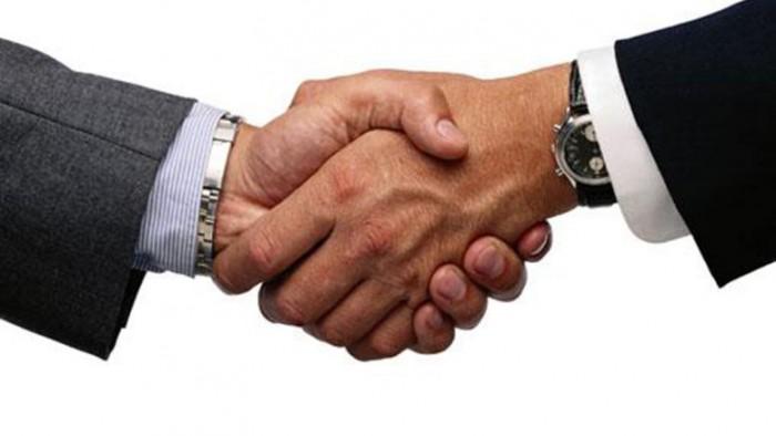 Dar un buen apretón de manos hará que la gente te recuerde