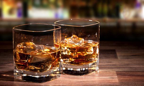 Paga más de 179 mil pesos por un trago de whisky