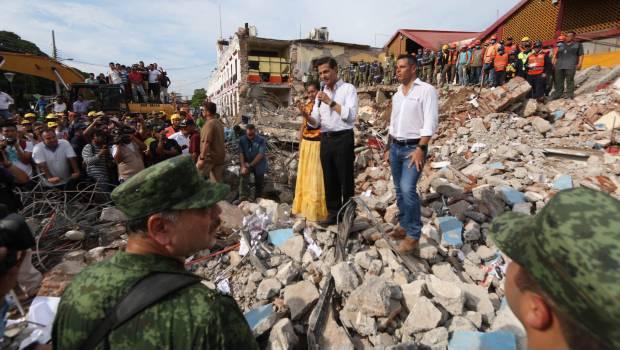 1208_enrique-pena-nieto-en-zona-afectada-por-sismo_620x350
