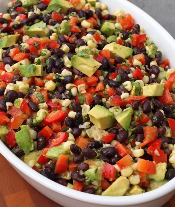 Deliciosa ensalada de Frijoles Negros , Maíz y Aguacate.