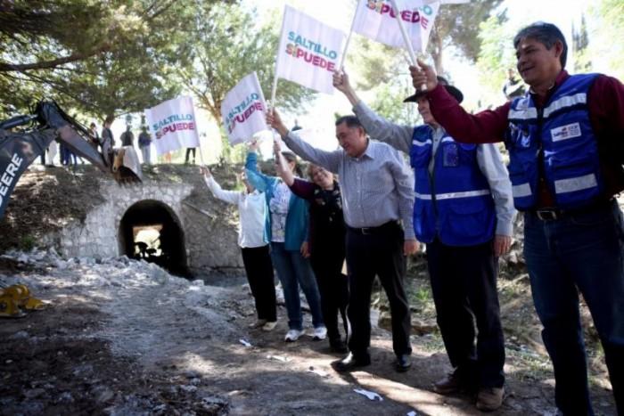 Arranca Isidro rehabilitación de puente en Parques de la Cañada
