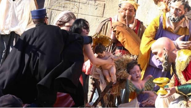 Activista de Femen intenta robar estatua del Niño Jesús