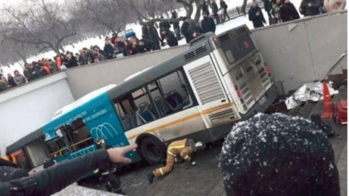 Moscú: Se precipita autobús hacia entrada del Metro y embiste a peatones