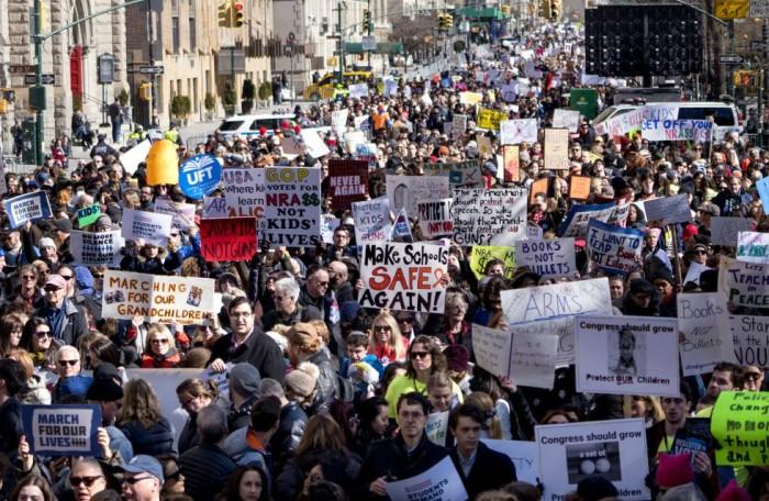 Cientos de miles personas se manifiestan en Estados Unidos para reforzar el control de las armas