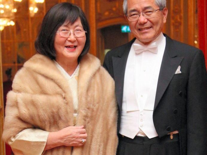 Encuentran a Nobel de Química deambulando en la calle y a su esposa muerta dentro de su auto