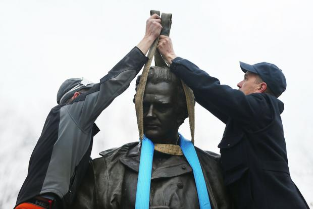 Retiran de Central Park estatua de ginecólogo que promovió esclavitud