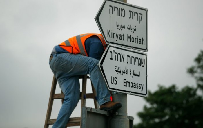A new road sign indicating the way to the new US embassy in Jerusalem is set up on May 7, 2018. - The embassy move from Tel Aviv to Jerusalem is expected to occur on May 14. (Photo by THOMAS COEX / AFP)        (Photo credit should read THOMAS COEX/AFP/Getty Images)