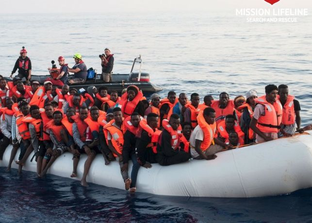 """Salvini deja en el mar otro barco con 224 inmigrantes a los que llama """"carne humana"""""""