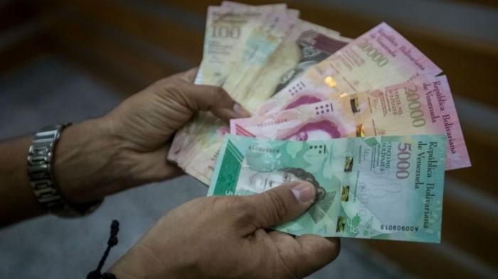 La paradoja de comprar billetes para pagar en Venezuela