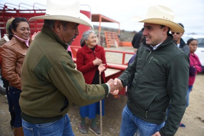 Lleva Manolo Jiménez importantes apoyos a la gente del campo saltillense