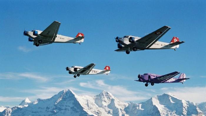 Mueren 20 personas a bordo de un avión militar de colección en Suiza