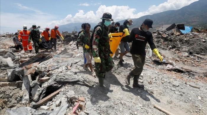 Hallan vivos 31 estudiantes atrapados en 2 escuelas tras sismo en Indonesia