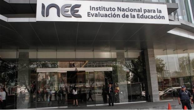 """Asegura AMLO que """"capacitación"""" de maestros será voluntaria y advierte desaparición del INEE"""