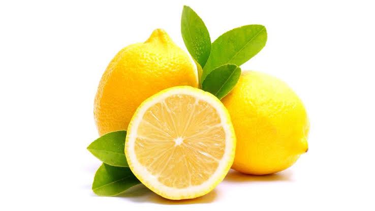 Beneficios de tomar agua de limón.