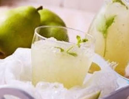 Bebida detox de pera.