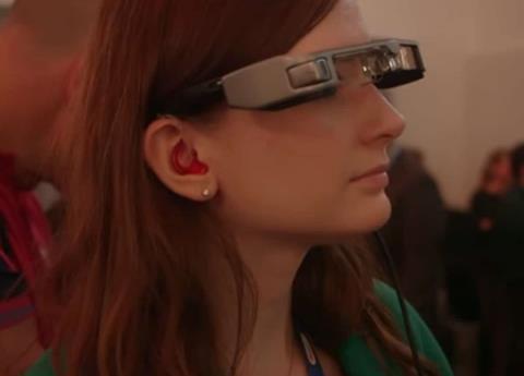 Estas gafas subtitulan obras de teatro para discapacitados auditivos