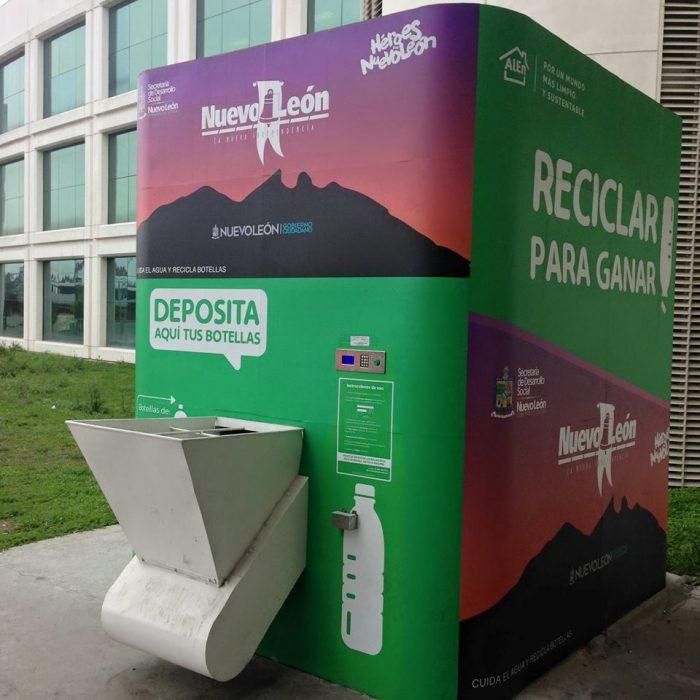 Instala Jaime Rodriguez Gobernador de N.L otra maquina recicladora en oficinas de FOMERREY.