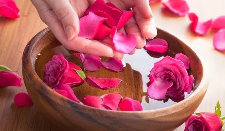 Benéficos del agua de rosas.