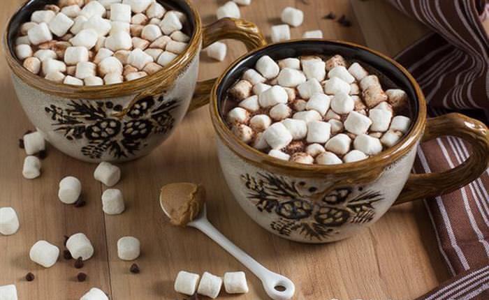 Chocolate caliente con crema de maní.