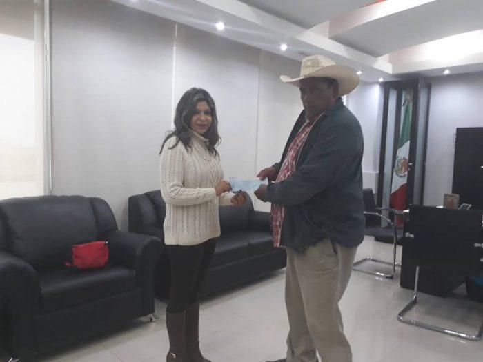 Entregan cheques a personas afectadas por siniestros en Acuña,Coahuila