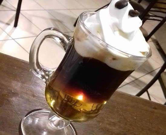 Café irlandés con alcohol.