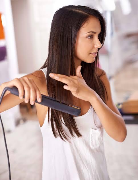 Trucos para las personas que se planchan el cabello.