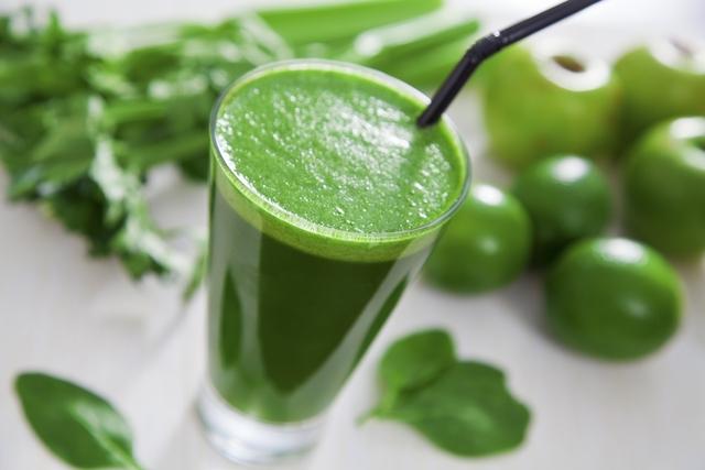 Jugo verde de repollo, limón y pepino.