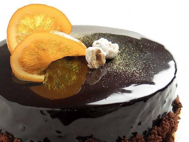 Cobertura de chocolate brillante.