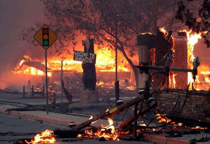 Aumentan a 30.000 los evacuados por un devastador incendio en California