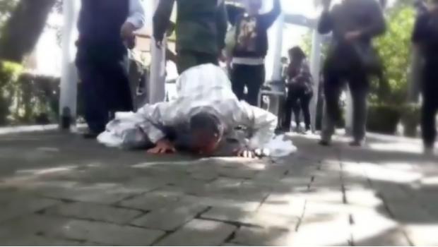Besa el suelo el primer ciudadano en ingresar a Los Pinos