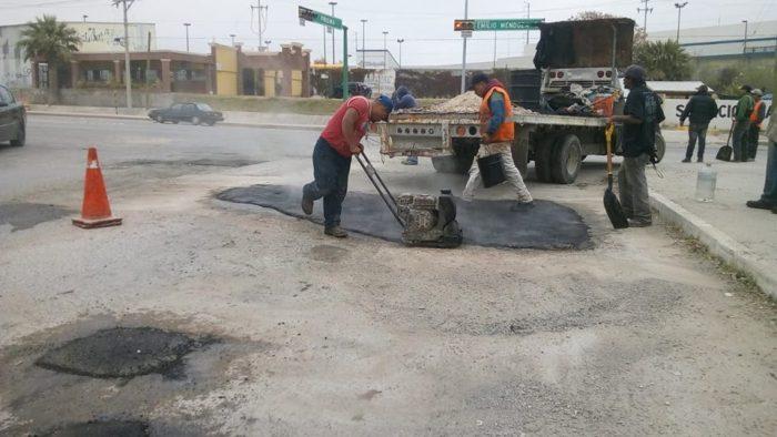 Continua bacheo por instrucciones del alcalde Roberto de los Santos