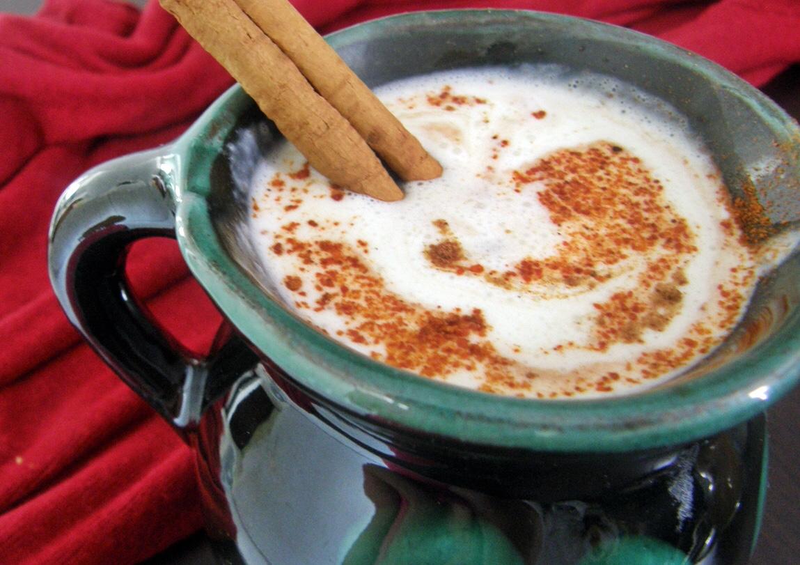Chocolate caliente con crema batida de queso crema.