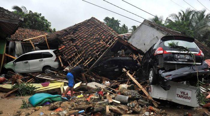 Van más de 222 muertos por tsunami en Indonesia