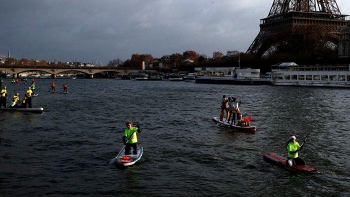 Tras disturbios, París comienza tareas de limpieza