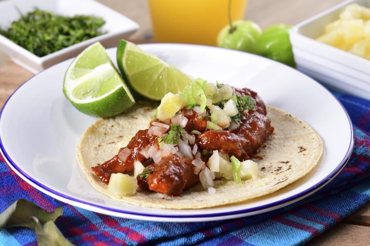 Tacos al pastor de pollo con salsa BBQ y habanero.