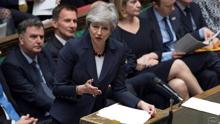 Theresa May ofrece su dimisión para salvar su plan del Brexit