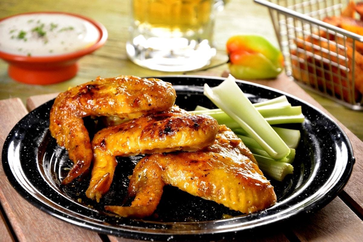 Alitas de pollo con salsa de habanero y mango.