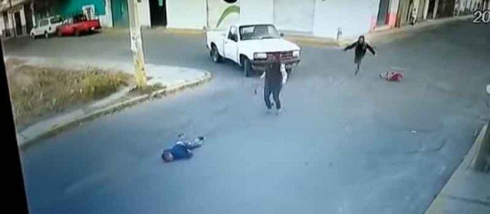 [Video] Auto embiste brutalmente a familia y mata a niño, en Puebla