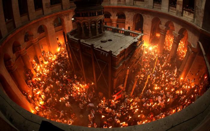 El misterioso fuego que aparece cada Sábado Santo en la tumba de Jesús