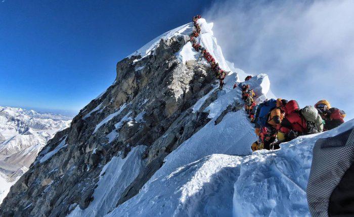 La historia detrás de la famosa foto del fatídico atasco en el Everest