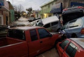 Cae tromba en Matehuala; inunda calles y se lleva autos