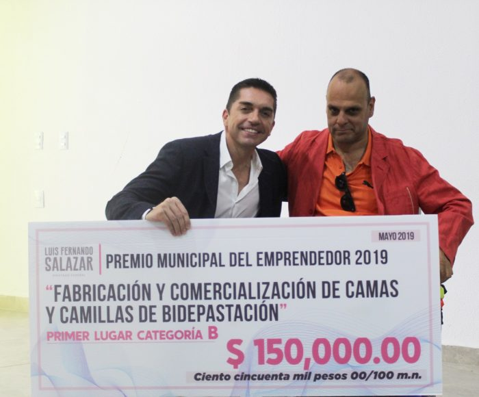 ENTREGA LUIS FERNANDO SALAZAR 300 MIL PESOS A EMPRENDEDORES DE  TORREÓN.