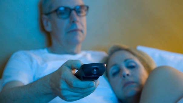 ¿Subiste de peso? Dormir con la tele o la luz prendida podría ser la razón