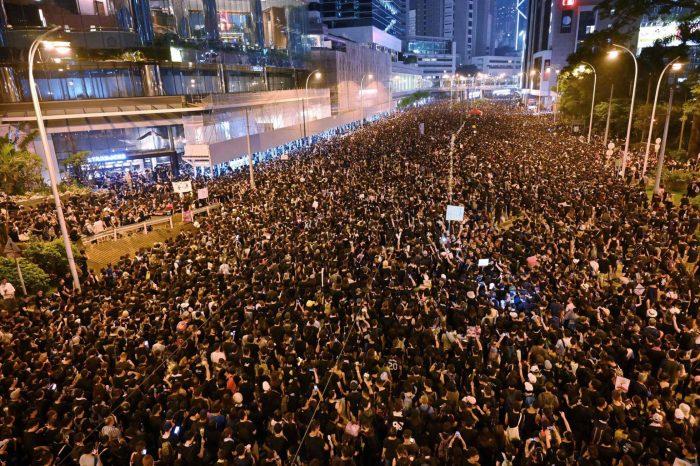 Un 'río humano' inunda las calles de Hong Kong para defender las libertades civiles