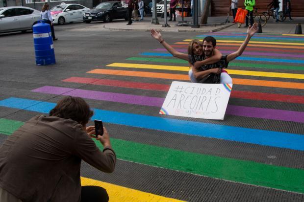 Pintan de arcoíris importante avenida de la CDMX para celebrar Orgullo LGBTI